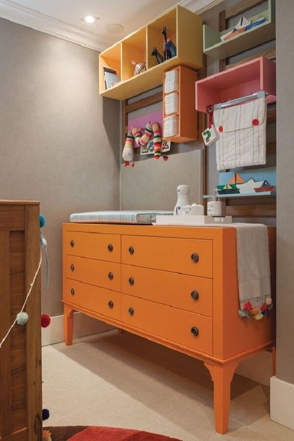 Traga um toque de cor para o quarto e invista em uma cômoda retrô laranja. Fonte: Pinterest