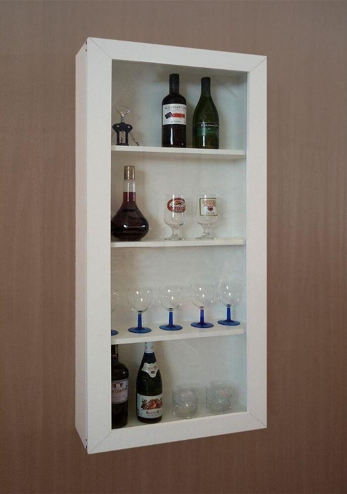 Utilize uma cristaleira suspensa para estruturar um barzinho para sala