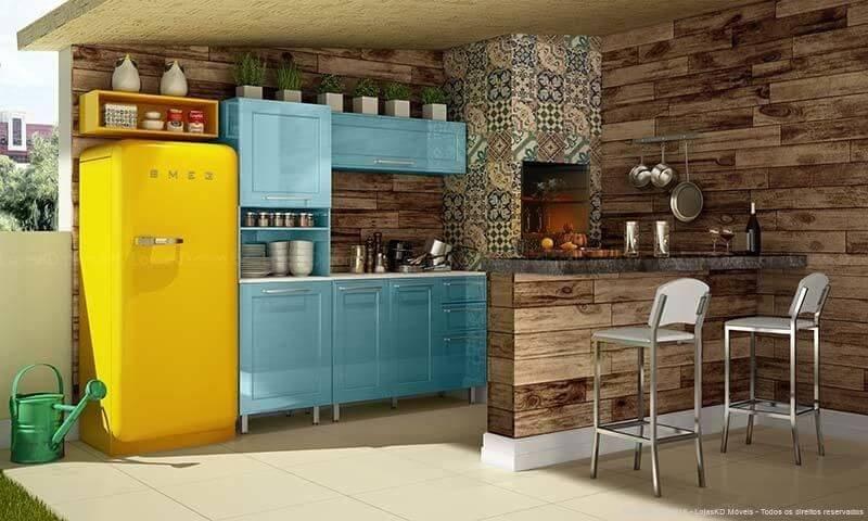 Varanda gourmet com churrasqueia e geladeira colorida amarela Projeto de Lojas KD