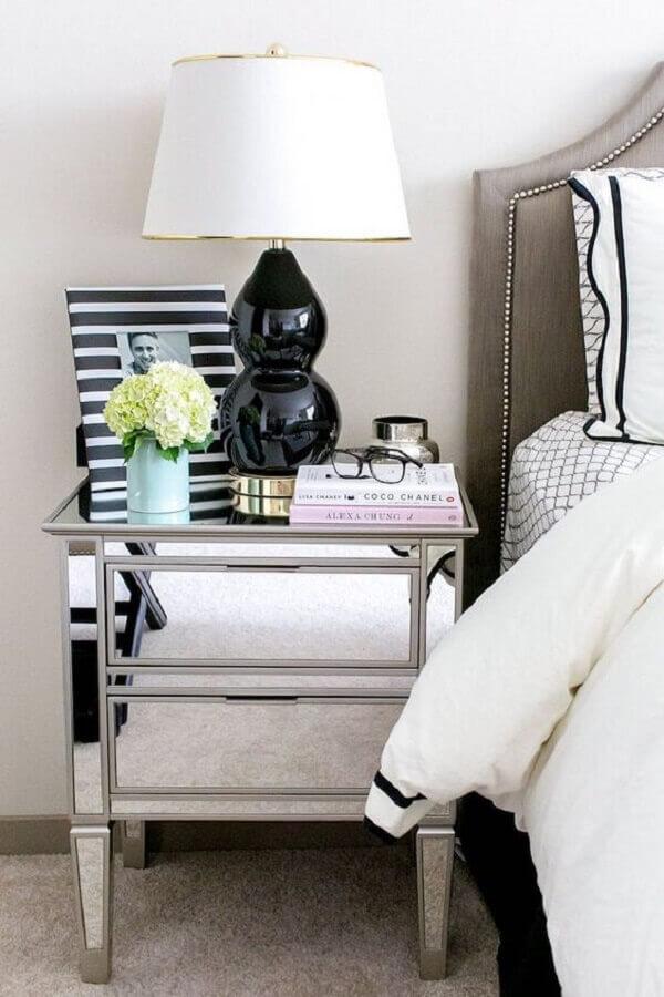 abajur preto para decoração de quarto com criado mudo espelhado  Foto Moderne Arquitetura