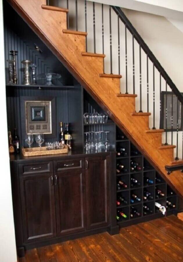adega com bar embaixo da escada