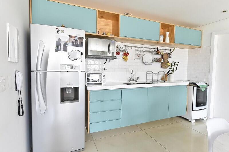 armário de cozinha de parede com portas azuis em cozinha compacta