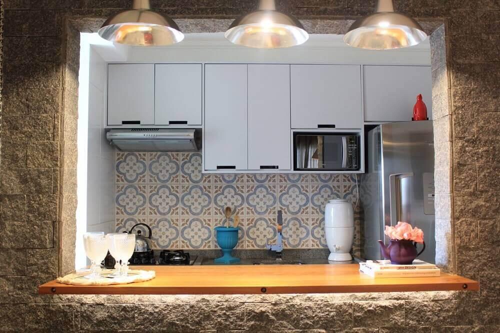 armário de cozinha de parede em cozinha com balcão gourmet