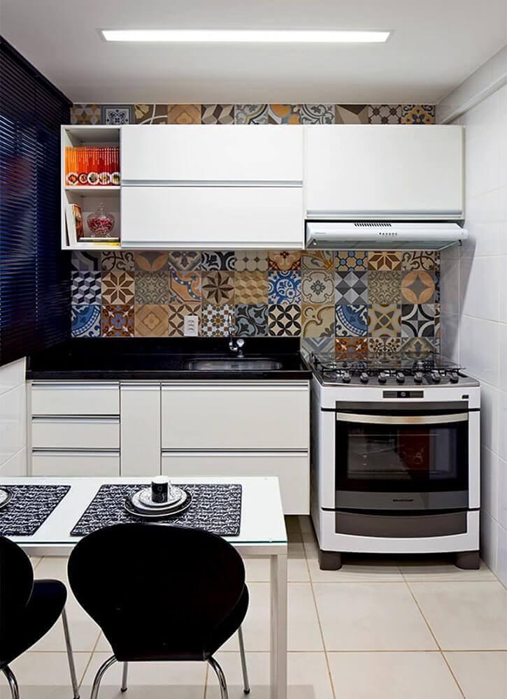 armário de cozinha pequeno com azulejo hidráulico