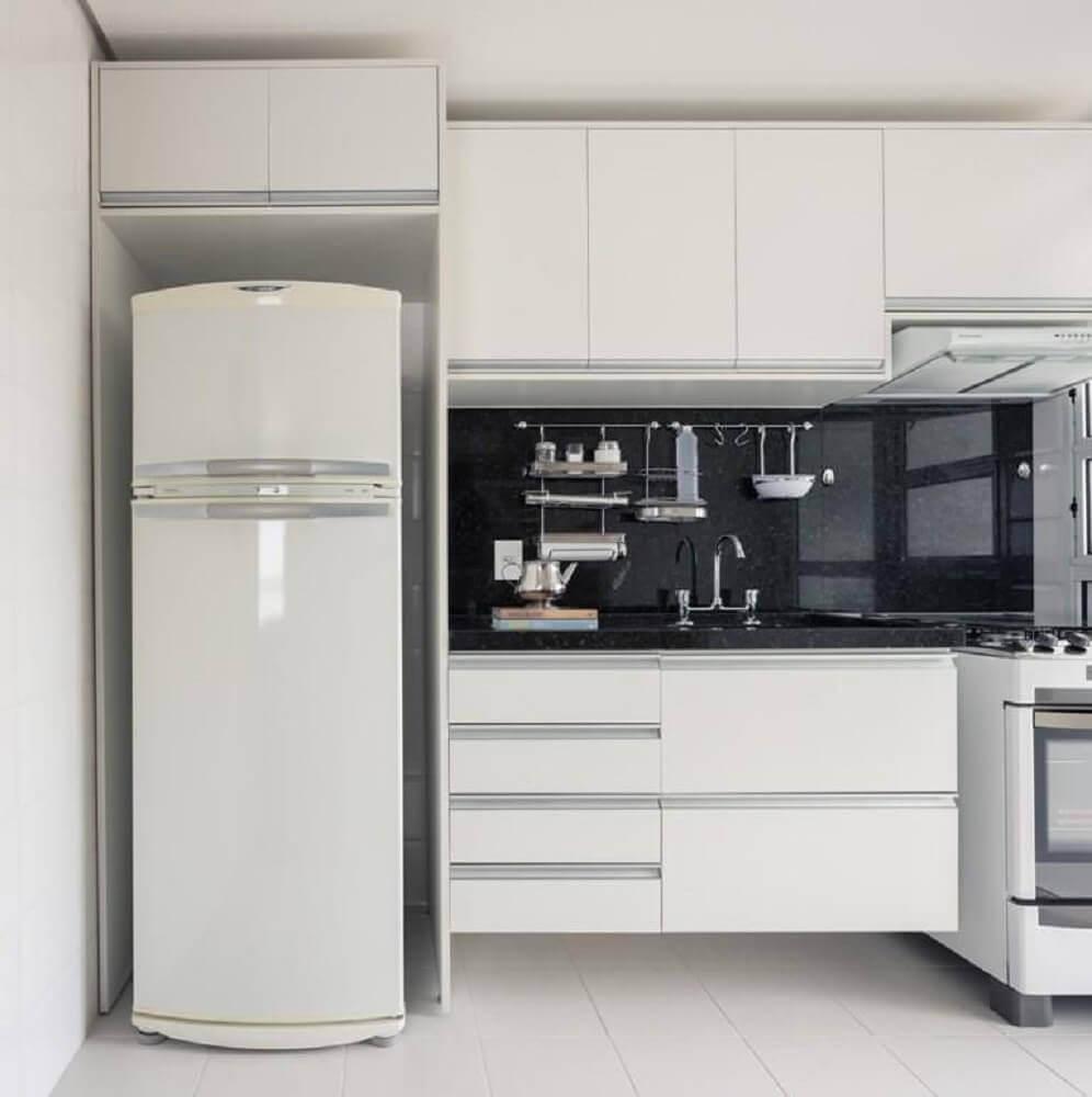 armário de cozinha pequeno com decoração simples
