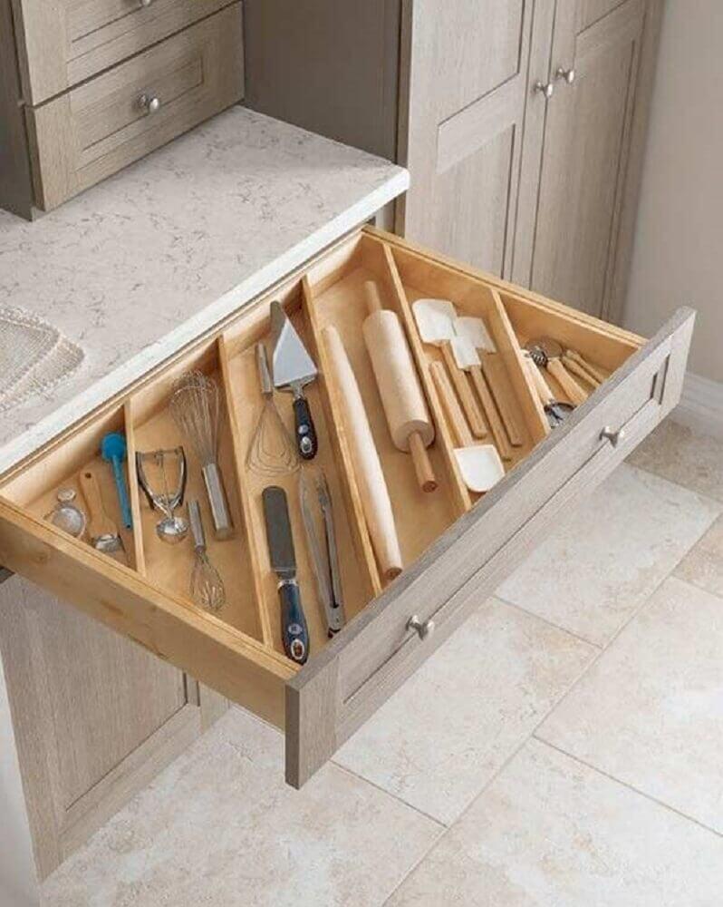 armário de cozinha planejado com gaveta com divisórias de madeira