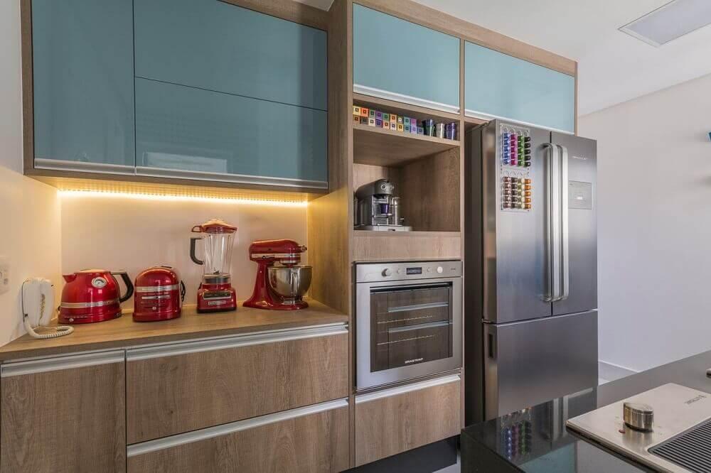 armário de cozinha planejado com luz de led no balcão