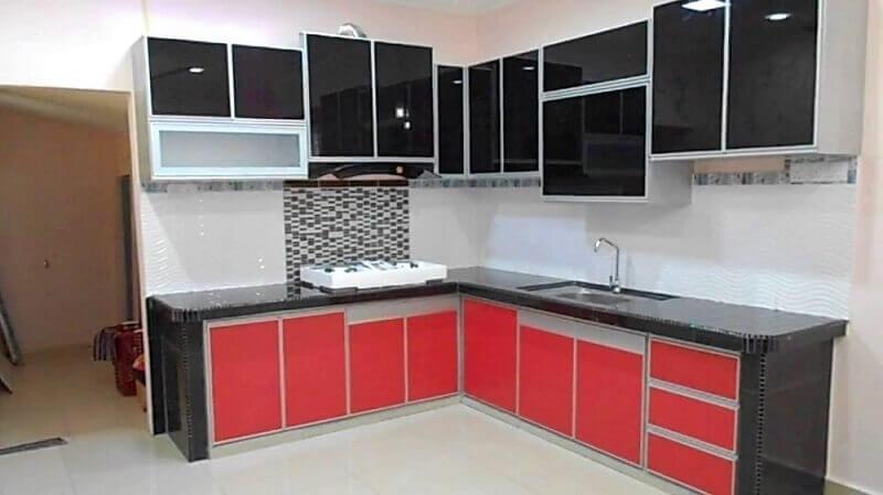 armário de cozinha planejado preto e vermelho