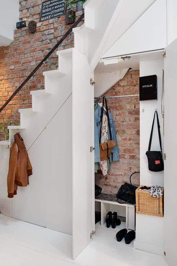 armário embaixo da escada para roupas