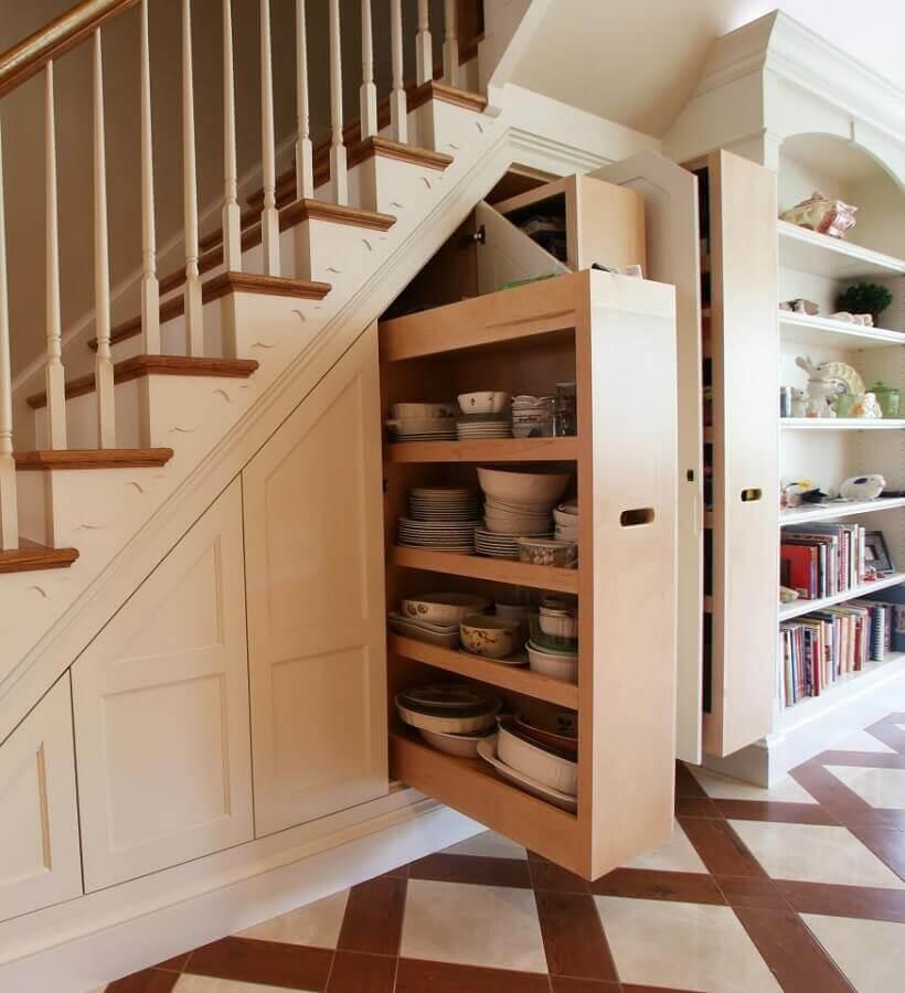 armário embutido embaixo da escada