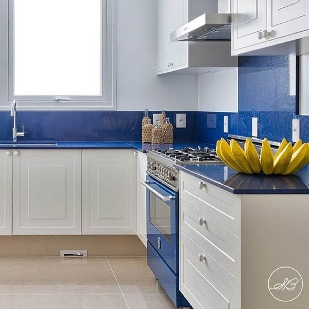 armários de cozinha com decoração azul e branca