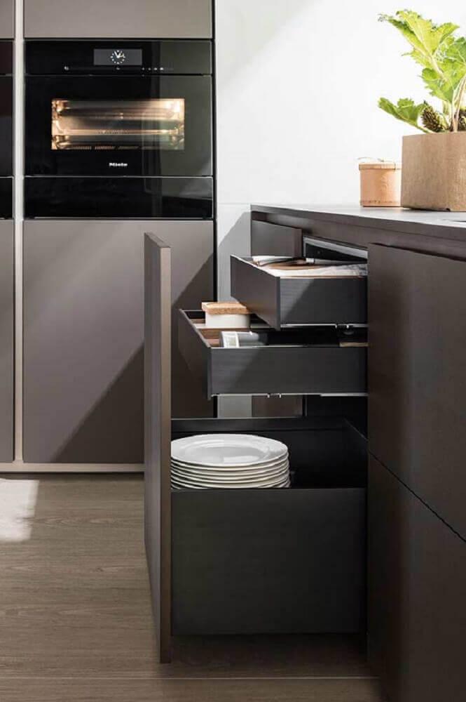 armários de cozinha planejados com gavetas de tamanhos diferentes
