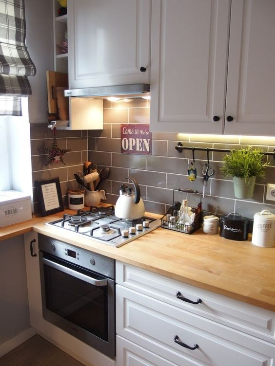 Armário de cozinha modulada em branco com bancada de madeira
