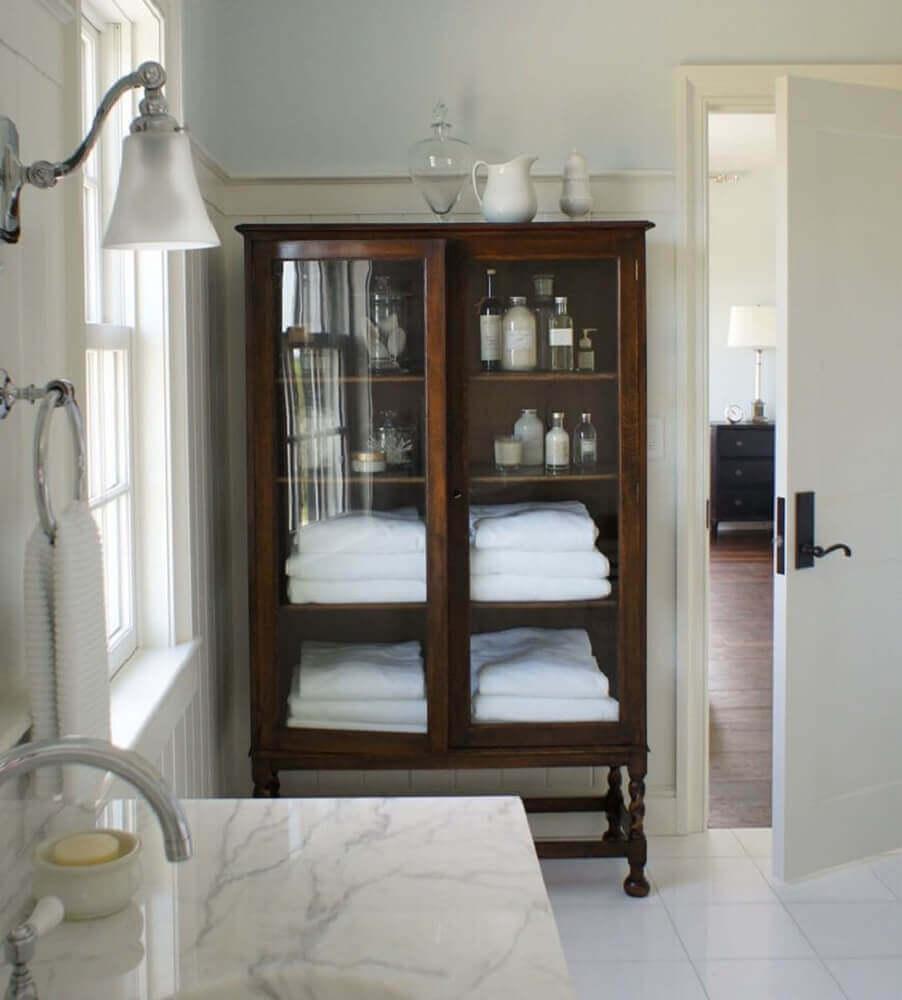 banheiro com cristaleira de madeira