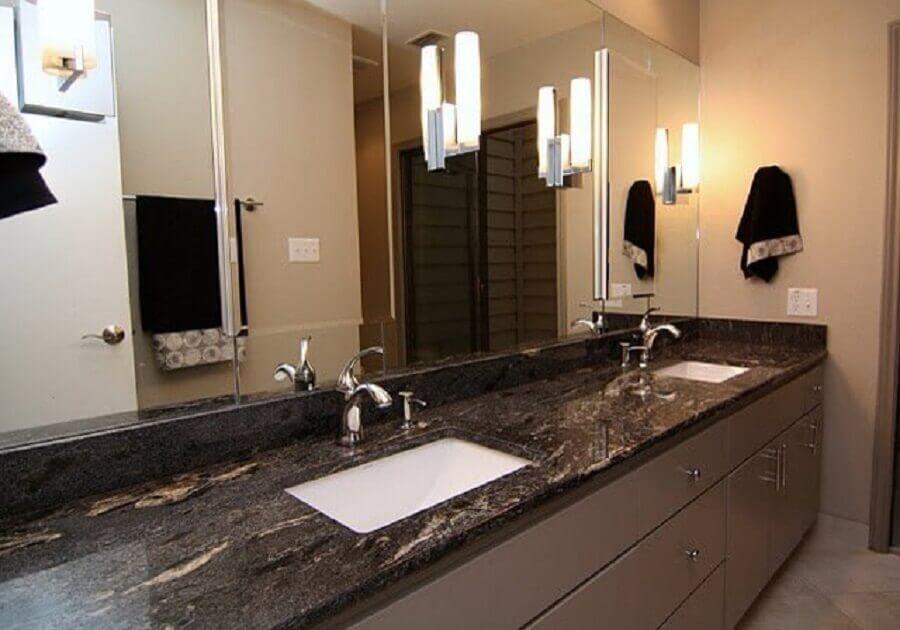 banheiro com granito preto indiano