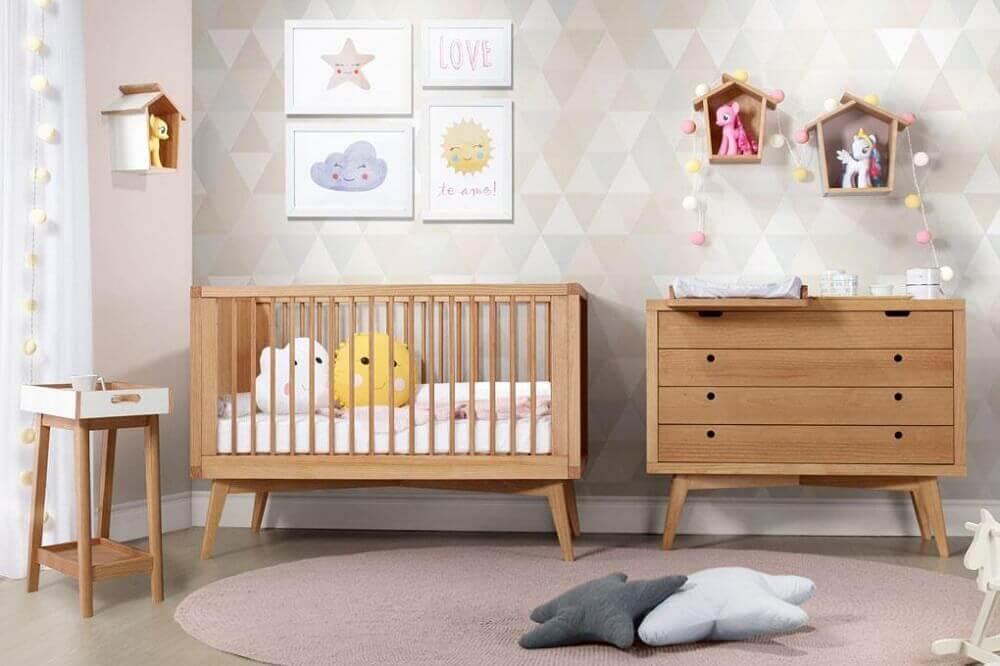 berço com cômoda no estilo retrô para quarto de bebê decorado com tons neutros