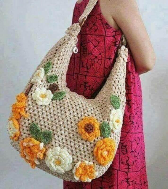 bolsa com flores e folhas de crochê para aplicação