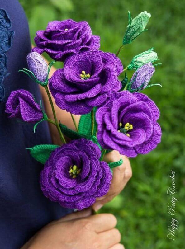 buque com flores e folhas de crochê