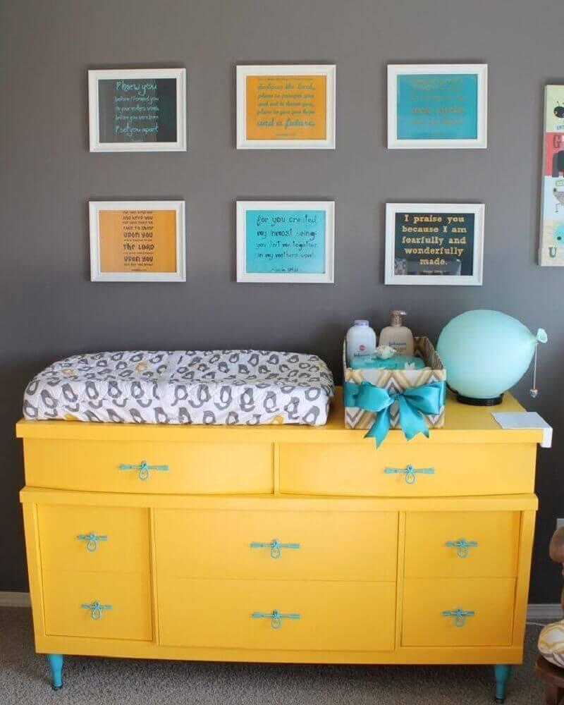 cômoda com trocador amarela e puxadores azuis