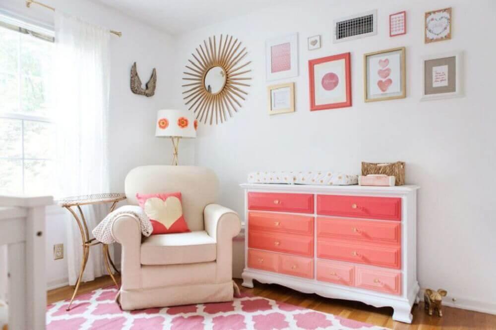 cômoda com trocador para quarto de bebê feminino com tons de rosa de branco