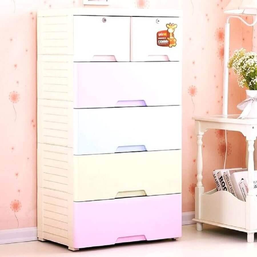 cômoda de bebê com design simples e puxadores embutidos