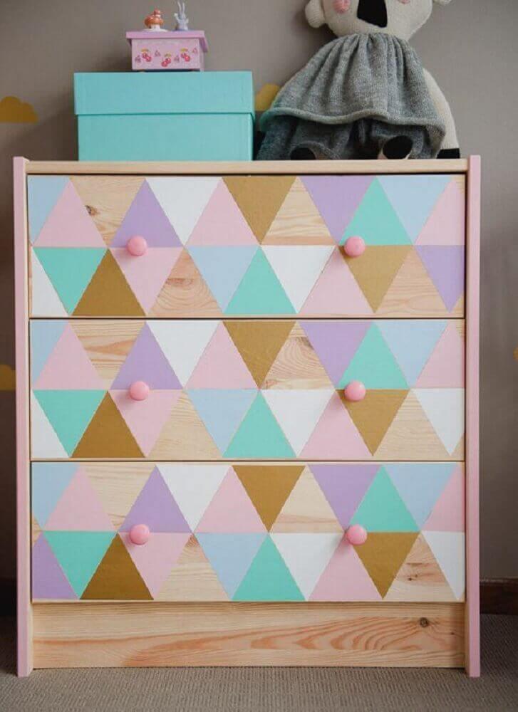 cômoda de bebê com gavetas coloridas