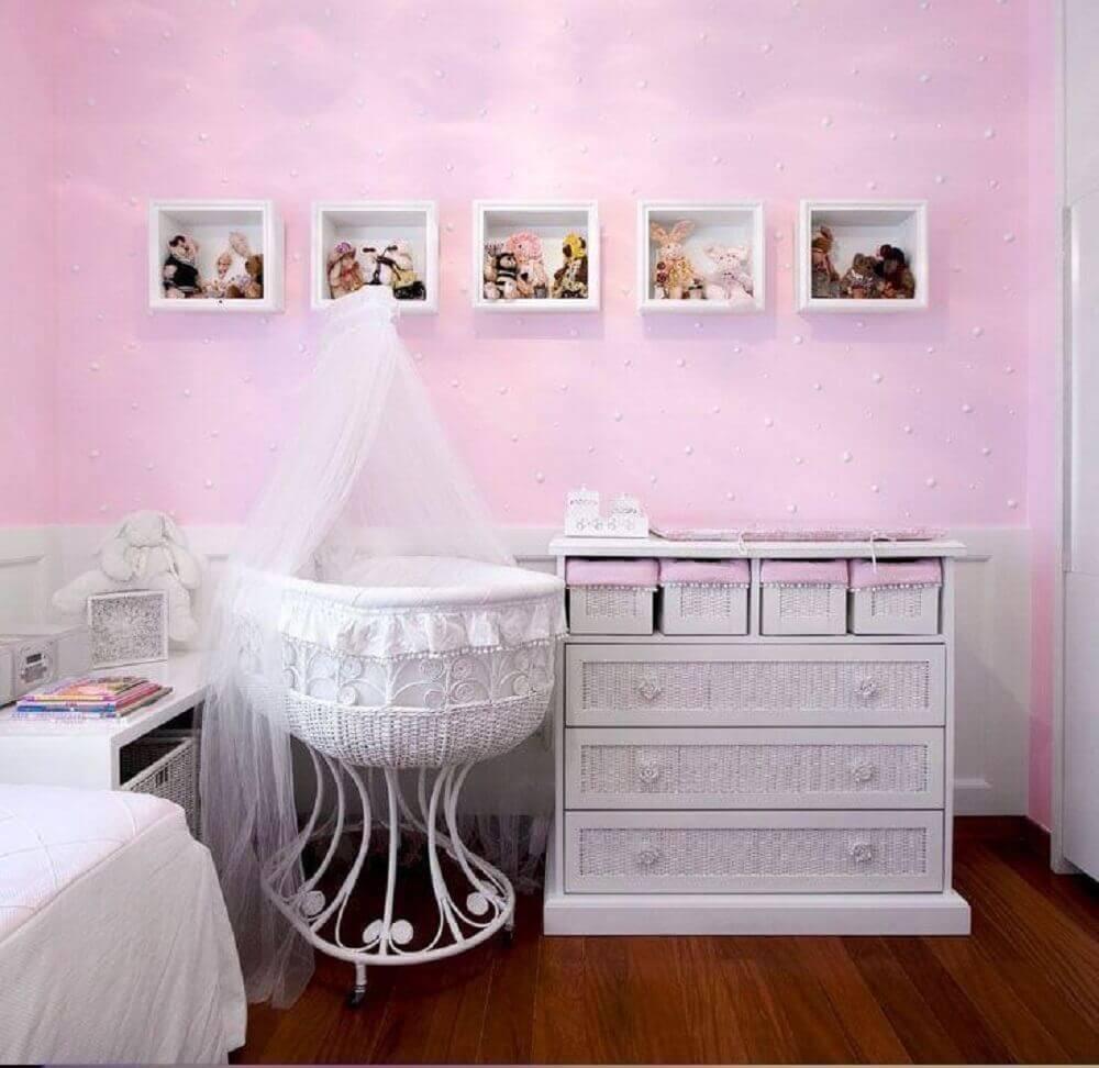 cômoda de bebê com puxadores em formato de rosas