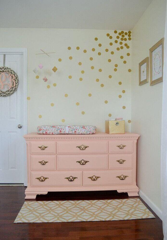 cômoda de bebê cor de rosa com puxadores clássicos