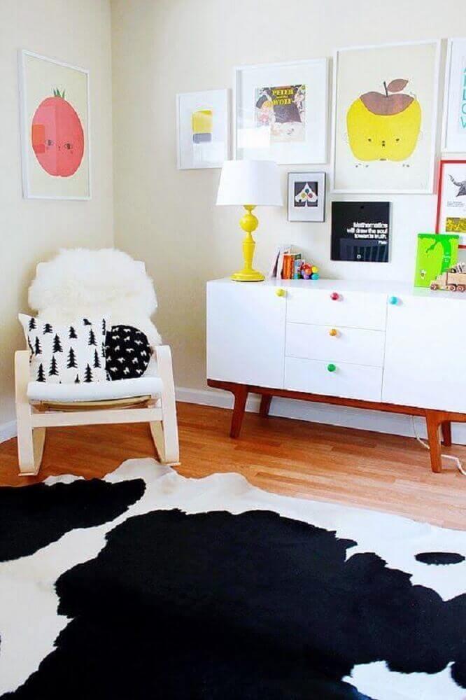 cômoda infantil branca com puxadores coloridos