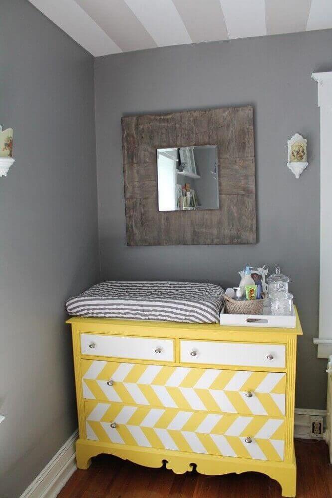 cômoda para quarto de bebê amarela com trocador