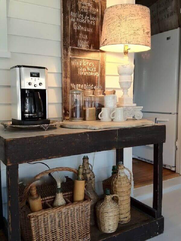 cantinho do café com aparador de madeira
