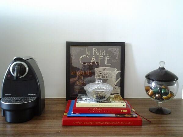 cantinho do café com quadros e recipientes para sachês