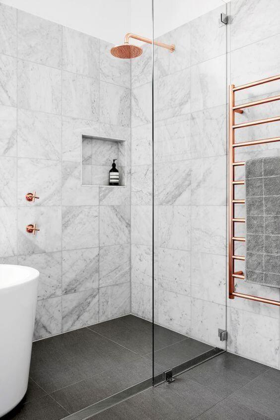 Cerâmica para banheiro com rosé gold