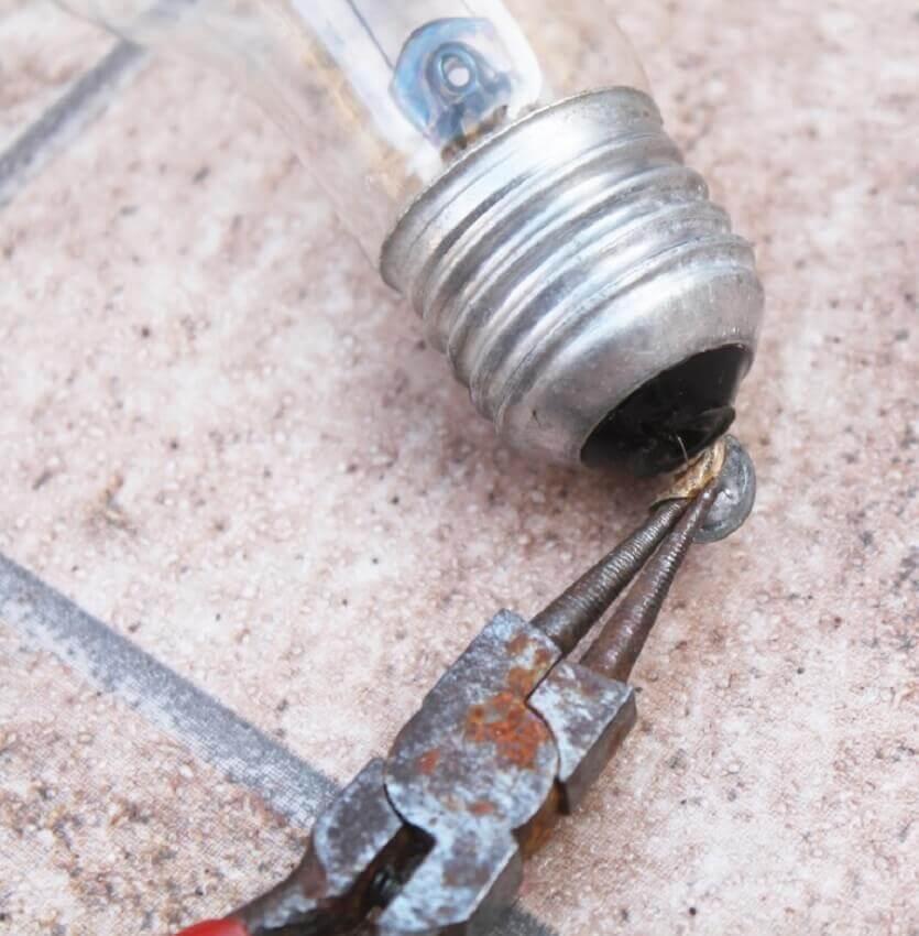 como tirar miolo da lâmpada com alicate