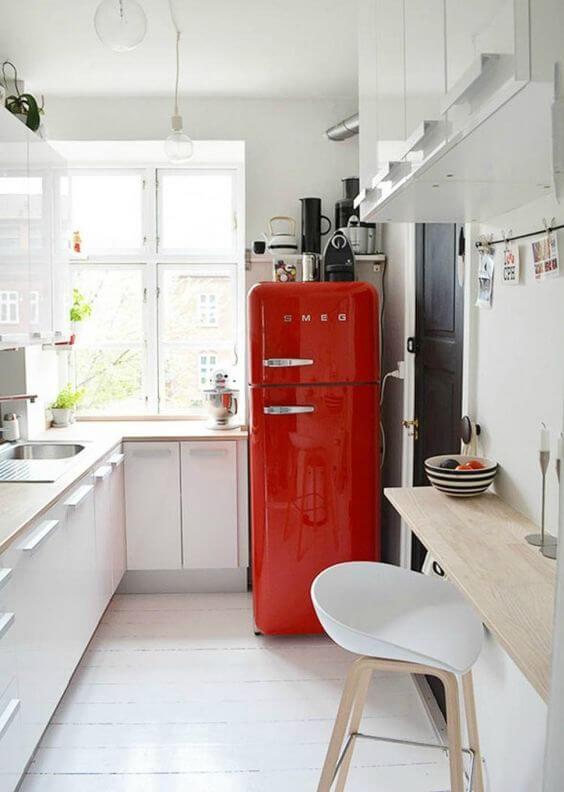 Cores para cozinha branca com geladeira retrô vermelha