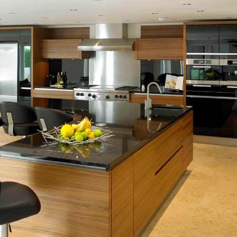 cozinha com granito preto absoluto e armários de madeira