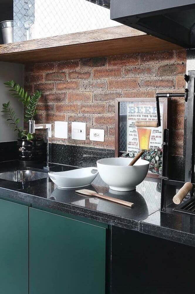 cozinha com granito preto são gabriel e papel de parede de tijolinho