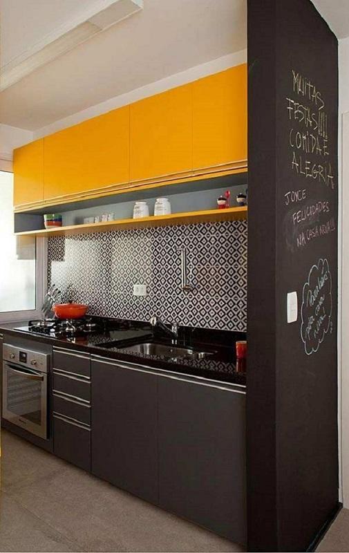 cozinha compacta com azulejo hidráulico e armário de cozinha de parede amarelo