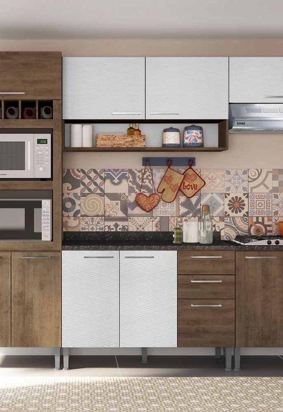 A cozinha modulada branca e com destalhes mais escuros são lindas