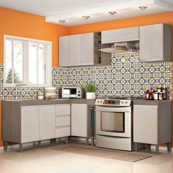 Cozinha modulada de canto com armários na cor bege