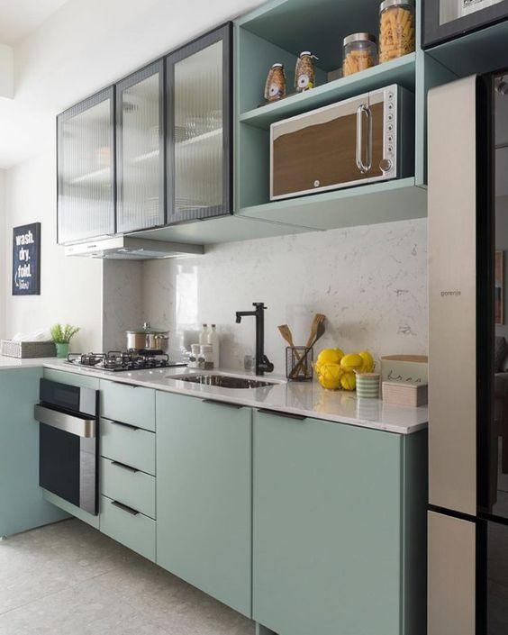 O tom de verde agua é lindo para a cozinha modulada
