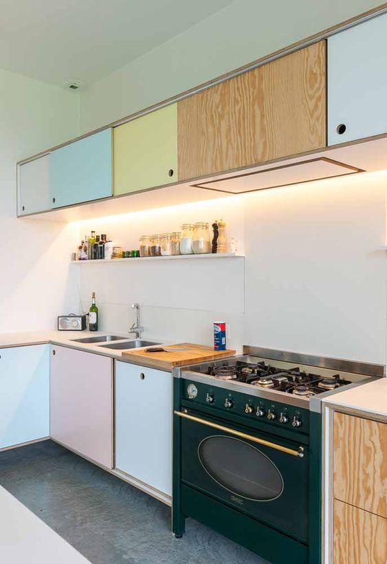Aposte nos armários em tons pasteis para sua cozinha modulada ser ainda mais bonita e no estilo retro