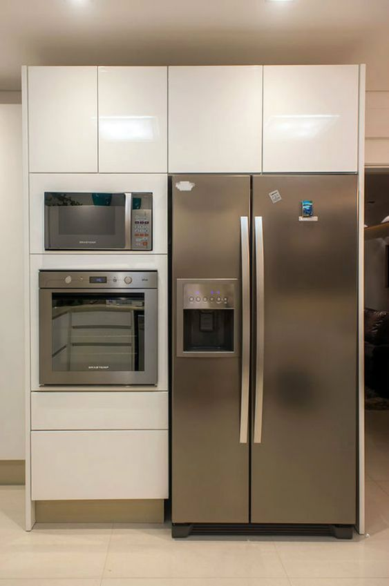A área da geladeira também pode ter armários de cozinha modulada