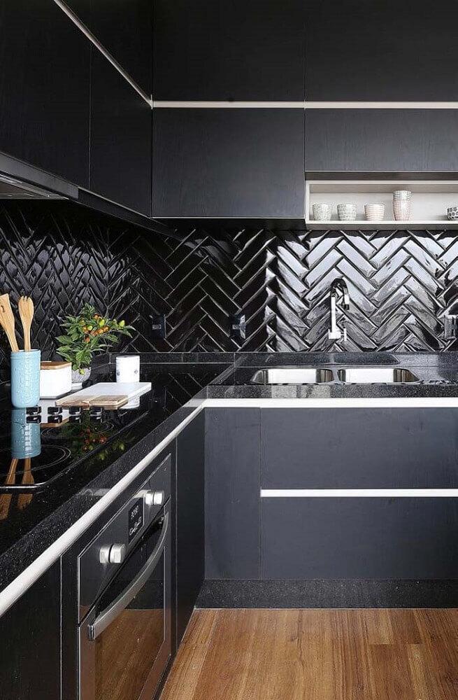 cozinha preta com bancada feita com granito preto