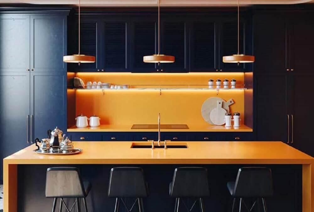 cozinha preta com modelo de armário modulado