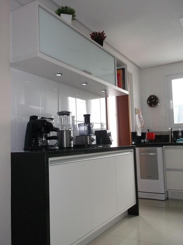 cozinha preta e branca com armário de cozinha de parede