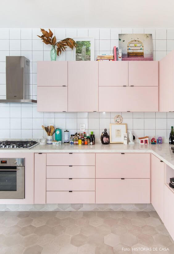 Cozinha rosa claro e branca