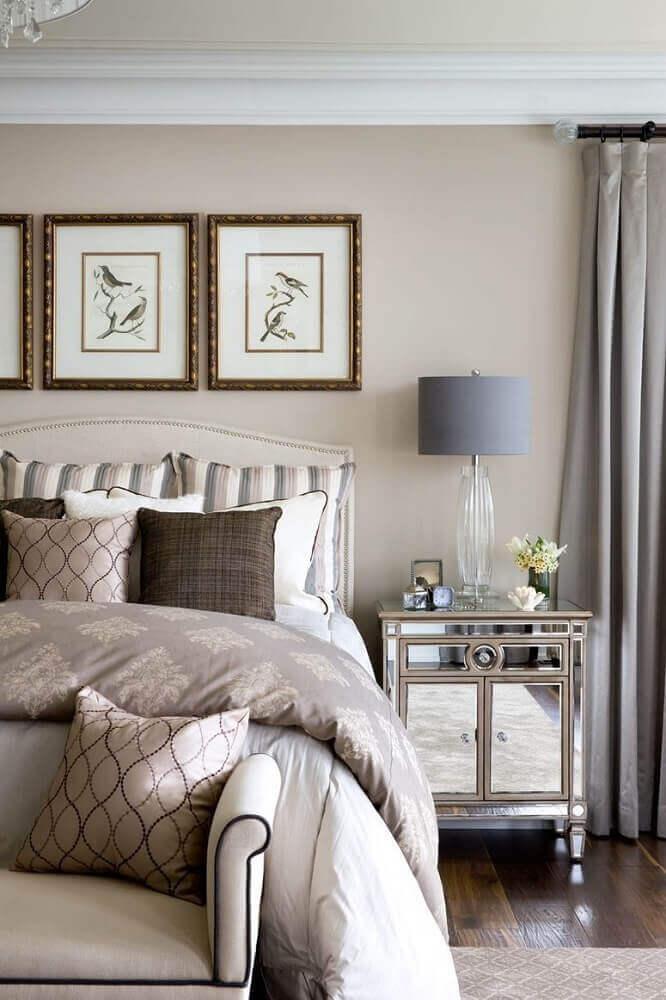 criado com espelho para quarto de casal com decoração clássica