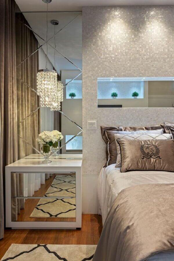 criado mudo branco com espelho para decoração de quarto com lustre pendente de cristal Foto Homify