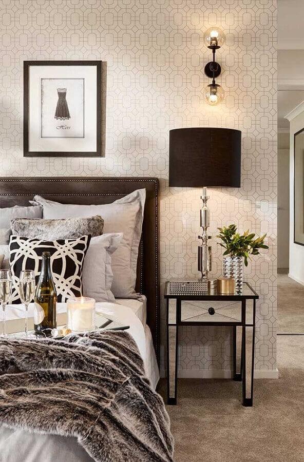 criado mudo espelhado com detalhes pretos para decoração de quarto sofisticado  Foto Houzz